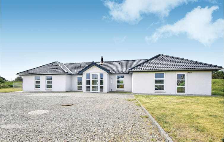 Holiday cottage with 5 bedrooms on 202m² in Blåvand