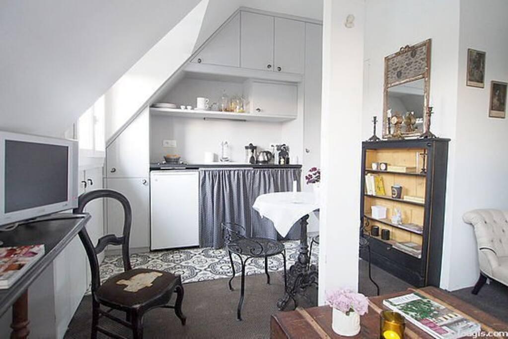 Un espace cuisine avec four, lave vaisselle, lave linge