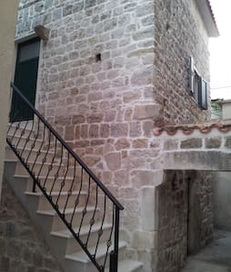 Charming old stone house apartment - Kaštel Kambelovac