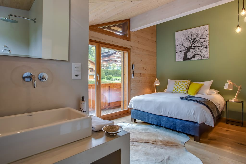 en suite bathroom with open shower, independent toilet