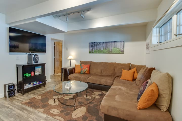 Cozy downtown condo - close to golf - walk to dining, shopping, & the slopes!