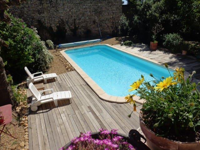 le deck en bois autour de la piscine
