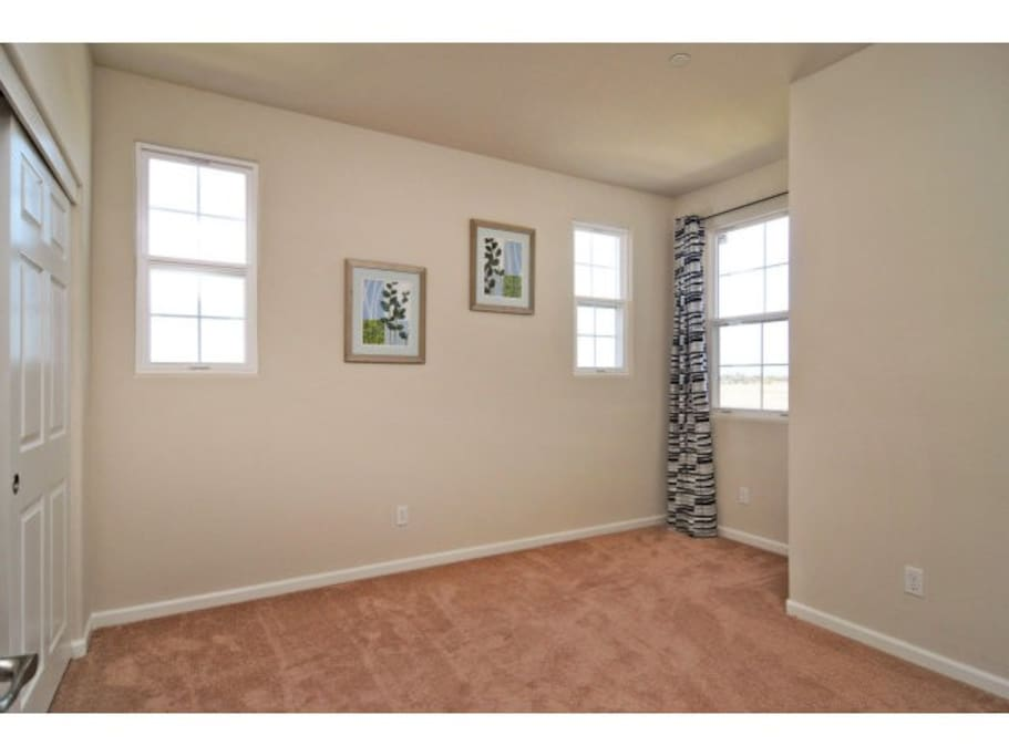 Spacious private room with big closet. A twin size bed with clean bed sheet will also be provided