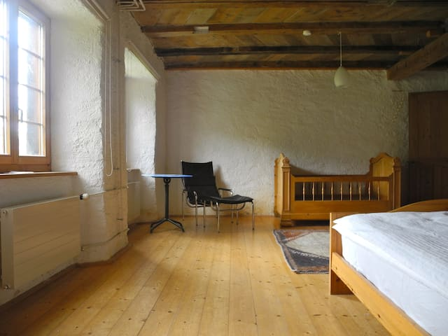Das grösste Schlafzimmer befindet sich im Erdgeschoss. Es gibt dort ein Doppelbett und ein separates Kinderbett (140x90cm), einen Spiegel, eine Kommode einen Kleiderständer und eine bequeme Sitzecke.