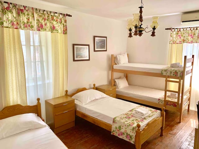 Private rooms in a central location - Kotor