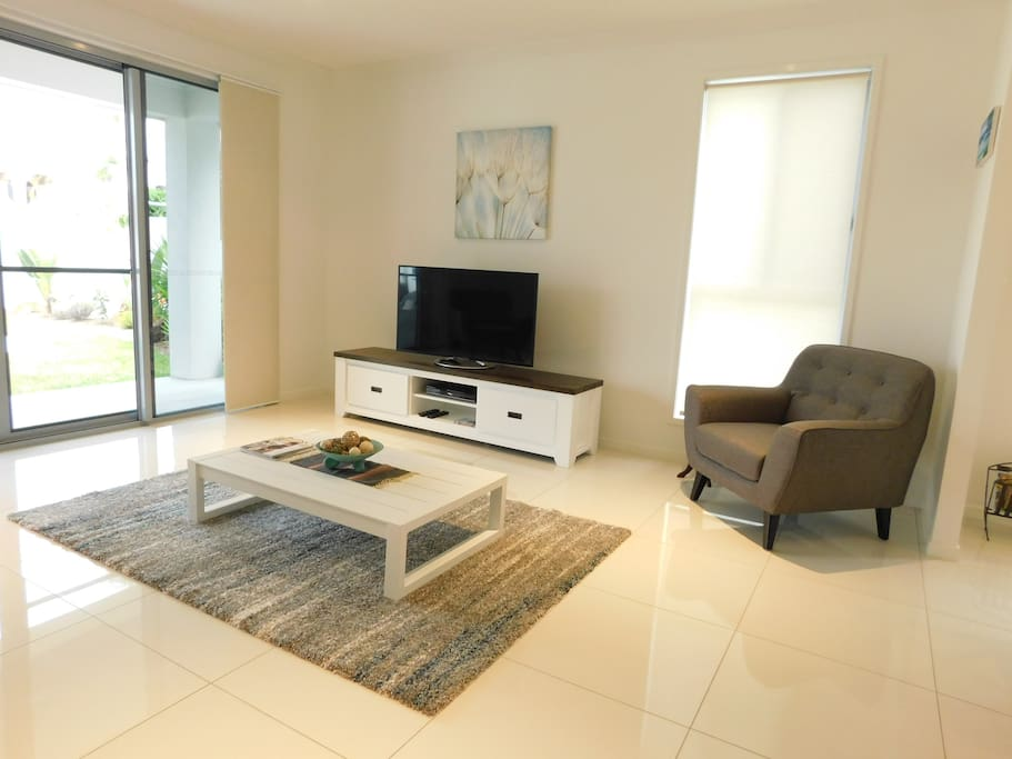 Living room with Smart TV & DVD