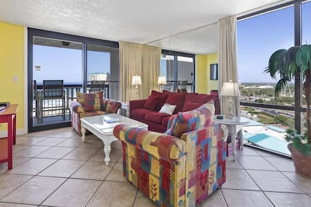 Vibrant condo with washer/dryer, on-site pool & hot tub, near shops & dining!