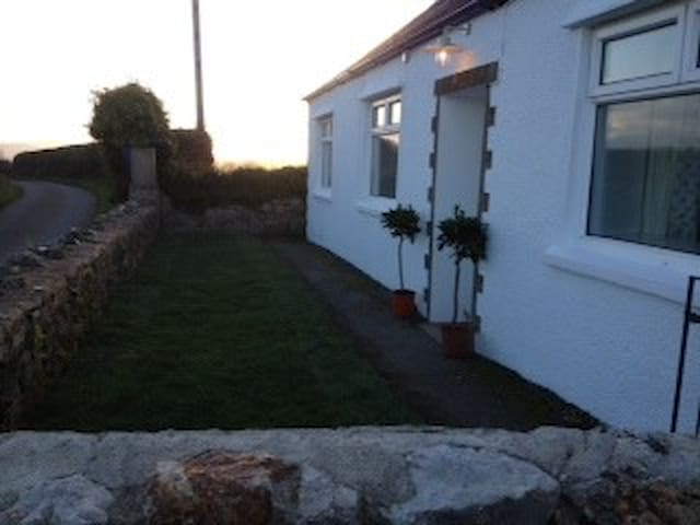 Cosy, cottage on coastal path... - Llangoed