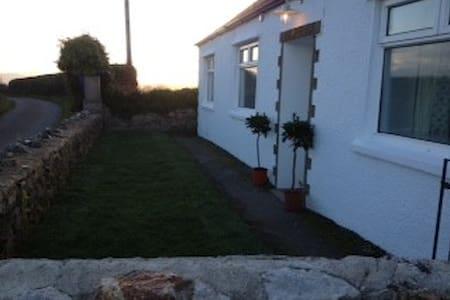 Cosy, cottage on coastal path... - Llangoed - House