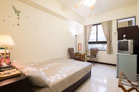 成大旁安靜舒適的套房,獨立衛浴。後火車站步行可達!特價中。可長期租房。