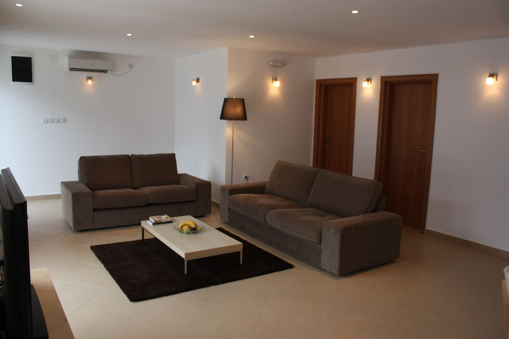 Living area with comfortable seating for 6, TV (50+ channels), Blu-ray player and WiFi.