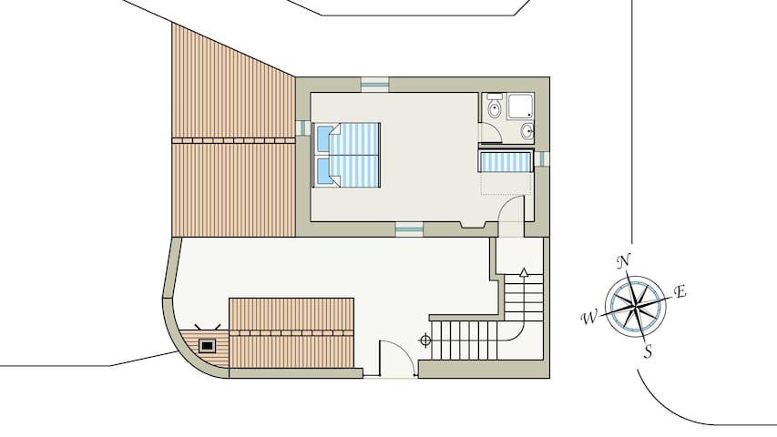 Schlafzimmer mit Badezimmer eigenem Zugang über die Treppe vom Innenhof.