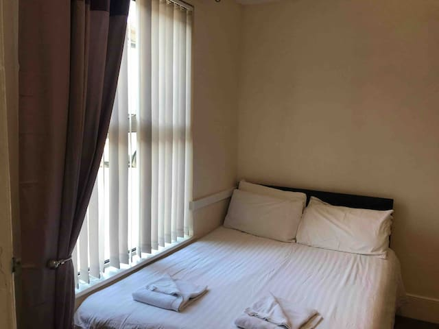 Cosy Double Room Central Southsea (R1)