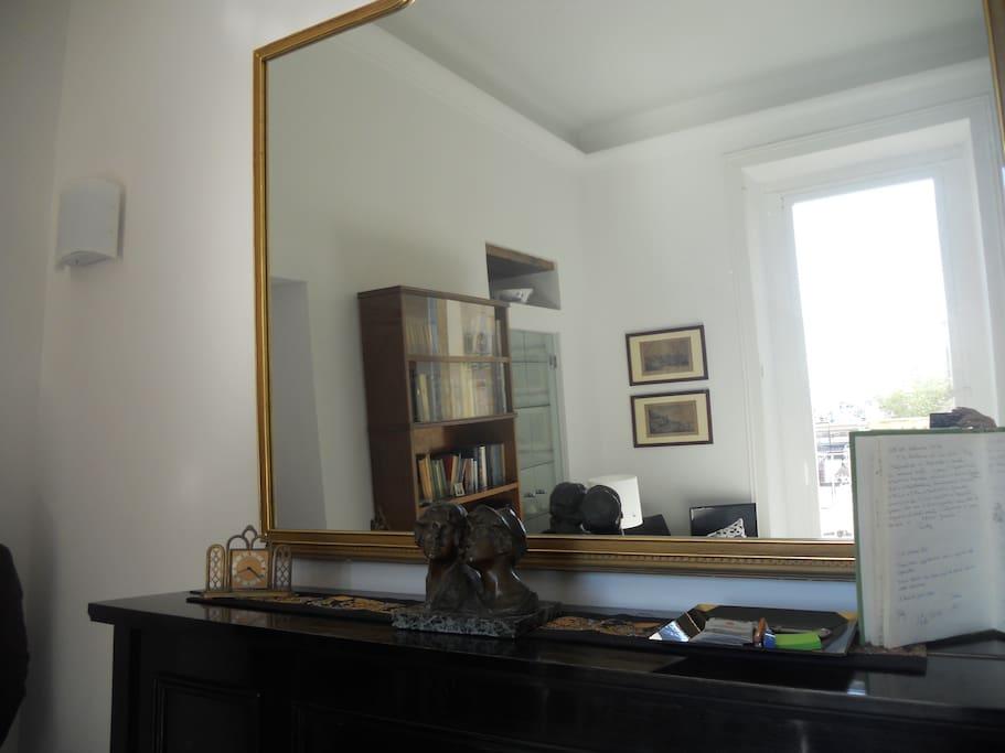 Sala :specchiera sopra il pianoforte