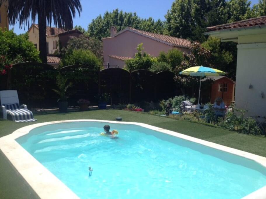 vue depuis la terrasse sur notre petite piscine