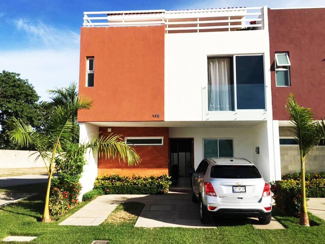 Hermosa casa de 3 recamaras, 3 baños, terraza y alberca. Ubicada a 5 minutos de la playa y a diez minutos del centro de la ciudad, malecón, aeropuerto, centros comerciales y la terminal marítima.