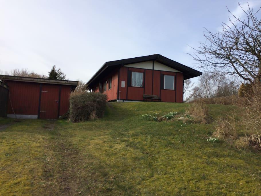 Huset er placeret på en bakke med udsigt til alle sider
