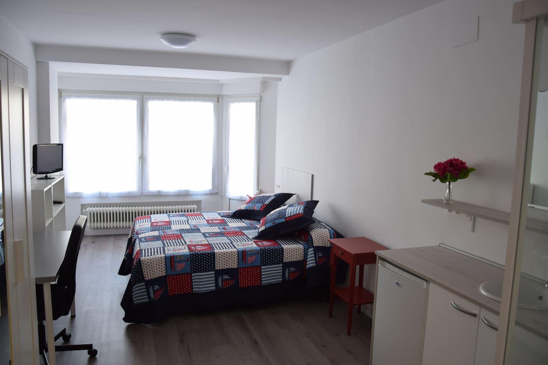 Habitación muy luminosa y con Balcon.