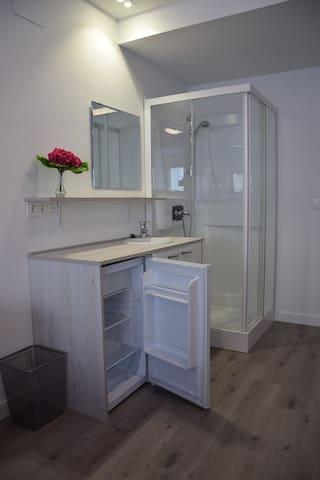 Equipada con ducha, lavabo y frigorífico personal.