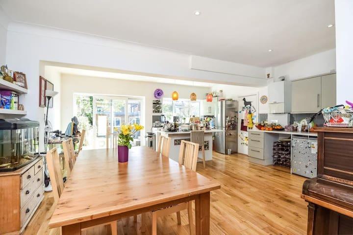 Spacious, family-friendly, modern house *swim spa - Londres - Casa
