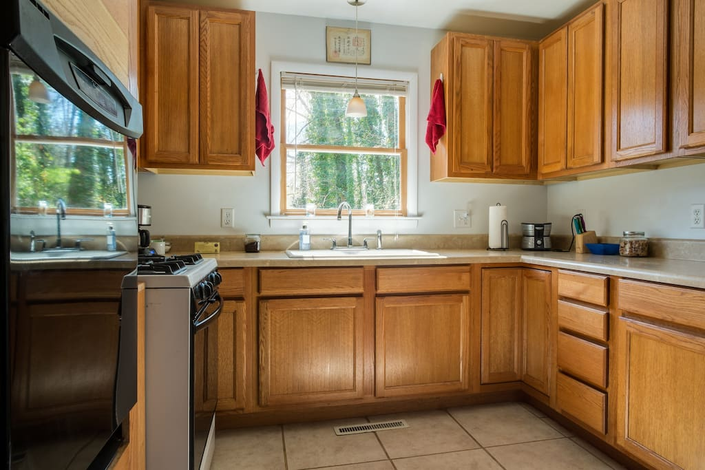 Fully loaded kitchen, all tools, dishwasher toaster oven , micro, coffee , big fridge....