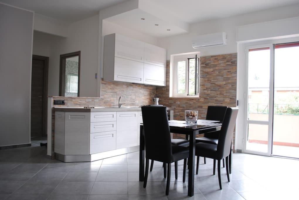 Cucina a vista nuova e zona giorno con aria condizionata