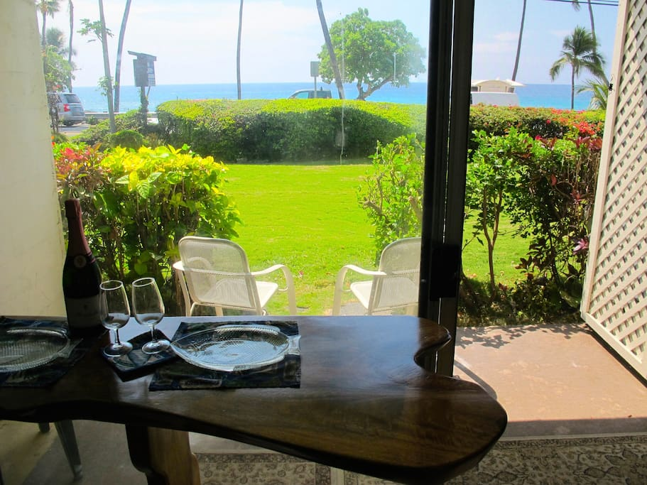 Groovy bar with the Direct Ocean View. Walk to the best beach in Kailua-Kona!