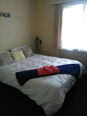 Sunny Room with a 5 minute walk into Town - Taupo - Casa