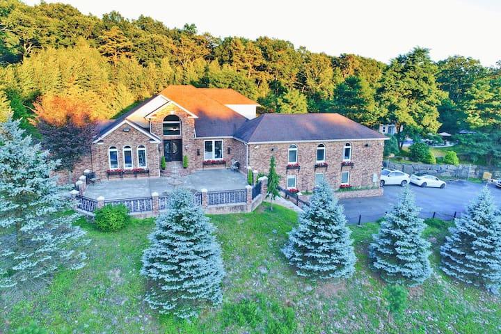NEW Luxury 5* Villa | On-Site Ski | HotTub | Sauna
