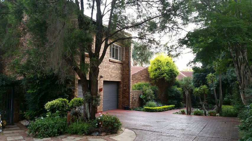 2 Bedroom flatlet. R300/1person, R400/2People - Pretoria - Apartment