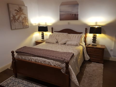 Luxury Suite Next To Johnnie Fox's Pub (Room 3)
