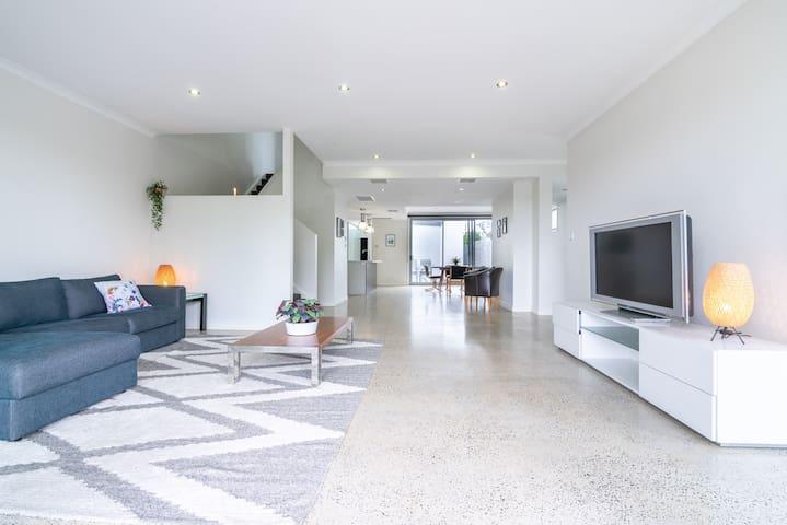 Vast 3BR House Ideal for Family Getaways!