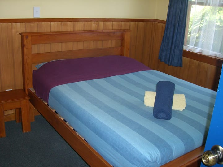 Bright sunny room at Backpackers close to centre