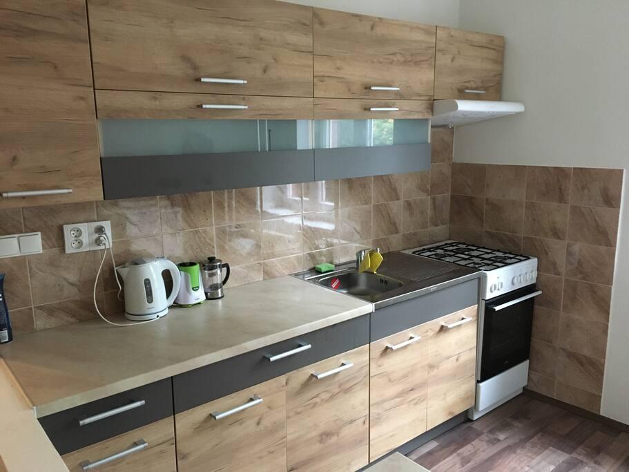 Kitchen with needed equipments/Kuchynska linka s rychlovarnou konvici, sporak , mikrovlna trouba, nadobi