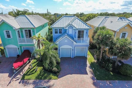 Key West Style 4 Bedroom Pool Home w/Office - Hobe Sound