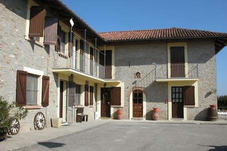 """IL CIABOT """"suite GIRASOLE"""" - Borgomale - Bed & Breakfast"""
