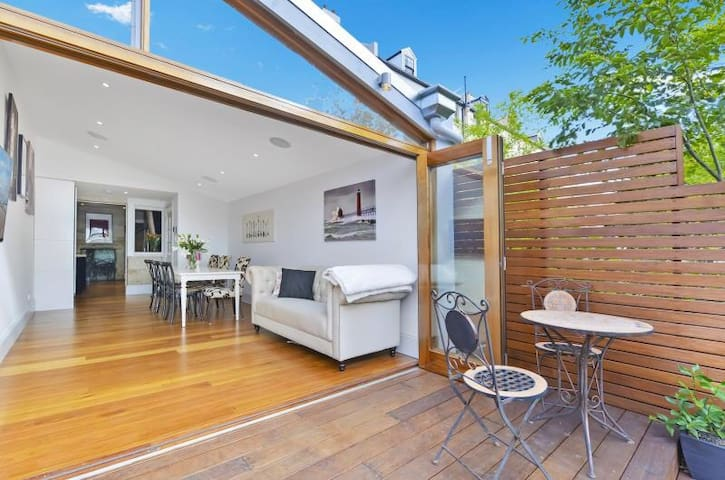 Luxury Colonial Terrace - The Rocks - Millers Point - House