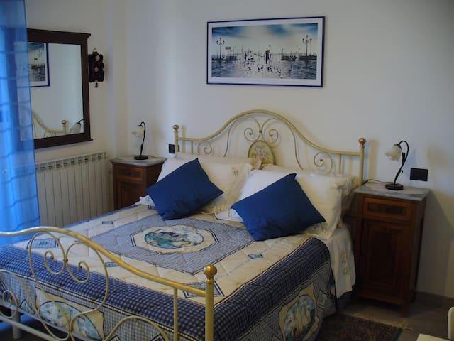 Camera matrimoniale con possibilità di aggiungere 1 letto singolo o culla