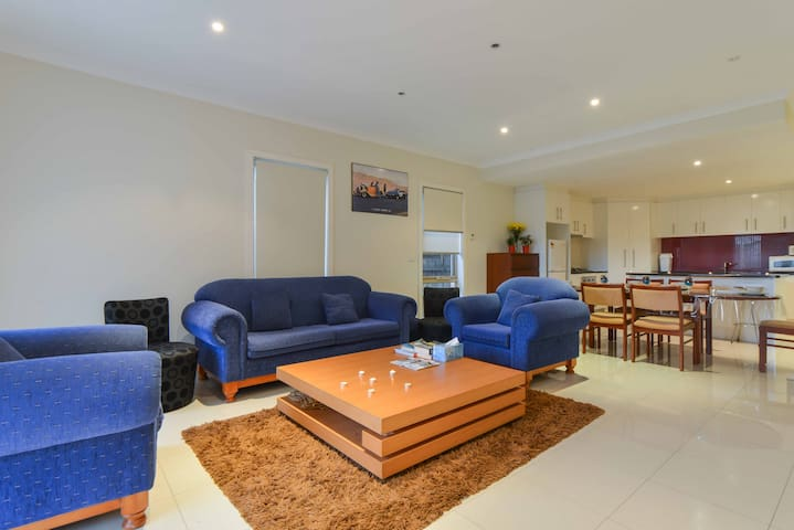 Boutique Stay - 3 bedroom townhouse - Footscray - Casa