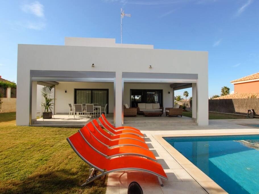 Chalet con piscina privada a 30m del mar maisons louer for Chalet con piscina en conil
