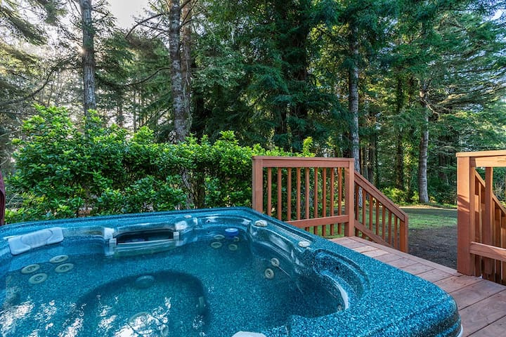 Abalone House~Large Wooded Home w/ Hot Tub, 4 bedrooms, 2.5 baths, Fire Pit