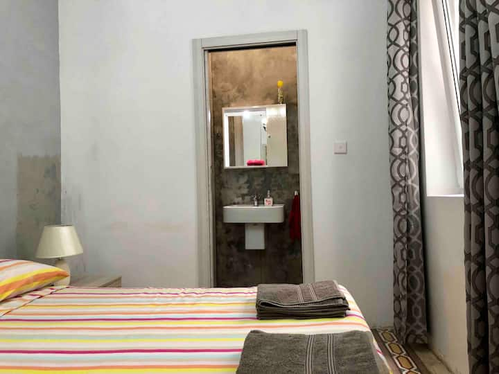 Cospicua 3 Cities Great room with AC &private bath
