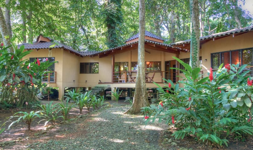 CASA KODA: 3BR beachfront house in tranquil area - Puerto Viejo de Talamanca - Ház