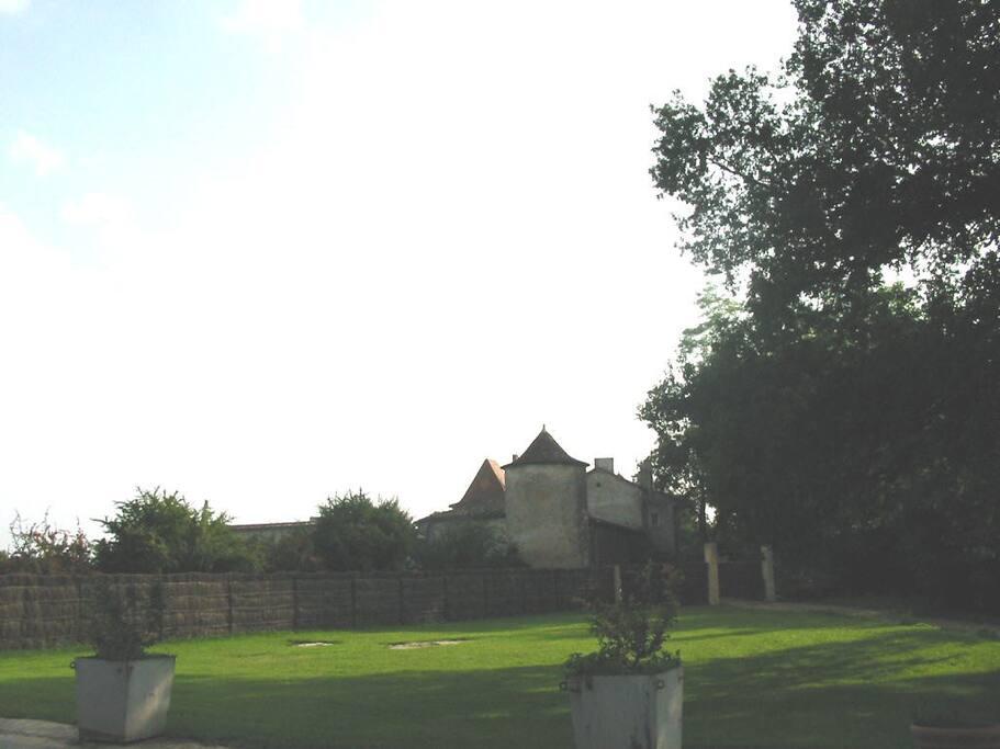le château de Mondésir vu depuis la métairie
