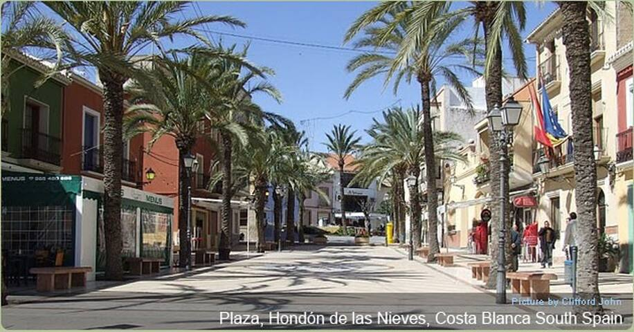 Hondon de las Nieves town square