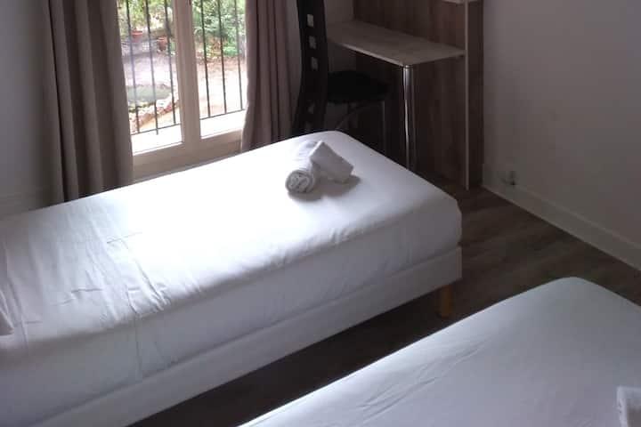 chambre 2 lits à l'Hôtel- Restaurant des Glycines