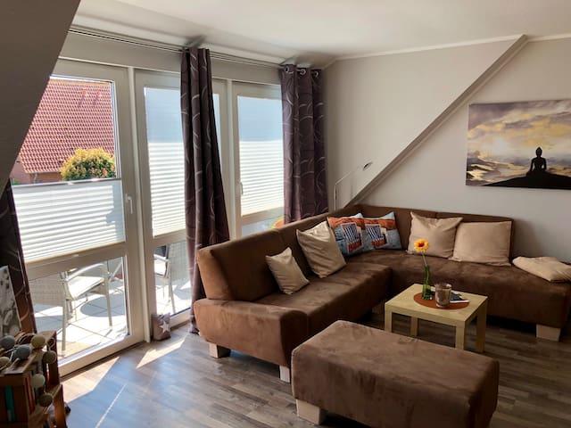 Helles Wohnzimmer mit  Coachgarnitur.
