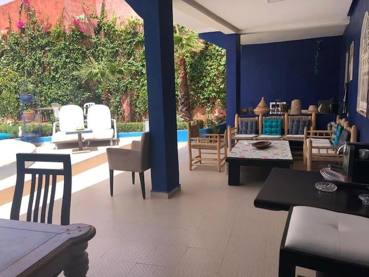 Villa privée avec piscine entre pépinières