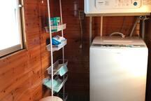 納戸には洗濯機乾燥機と洗剤類、分別ゴミなど