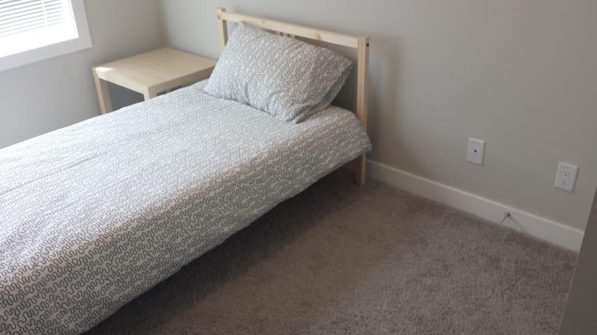Cozy bedroom with easy access to the mountains - Calgary - Condominium